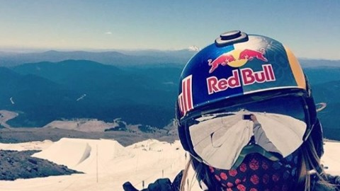 @sarkasnow is one of the best snowboarders on the planet.  Give her a follow! #avalon7 #liveactivated #snowboarding #shieldsup #faceshield Design by @richiebeats  www.a-7.co